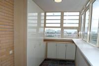 Остекление с выносом позволит увеличить полезную площадь балкона за счет широкого подоконника