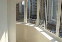 Изнутри балкон или лоджию можно отделать практичной пластиковой вагонкой – белой