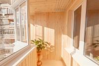 Остекление алюминием и отделка балкона природным материалом – деревом в доме серии п44