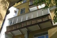 Установлено холодное остекление, возведена крыша над балконом