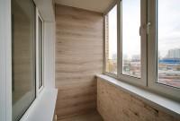 Окна Rehau, отделка стен ламинатом, парапет искуств. камень